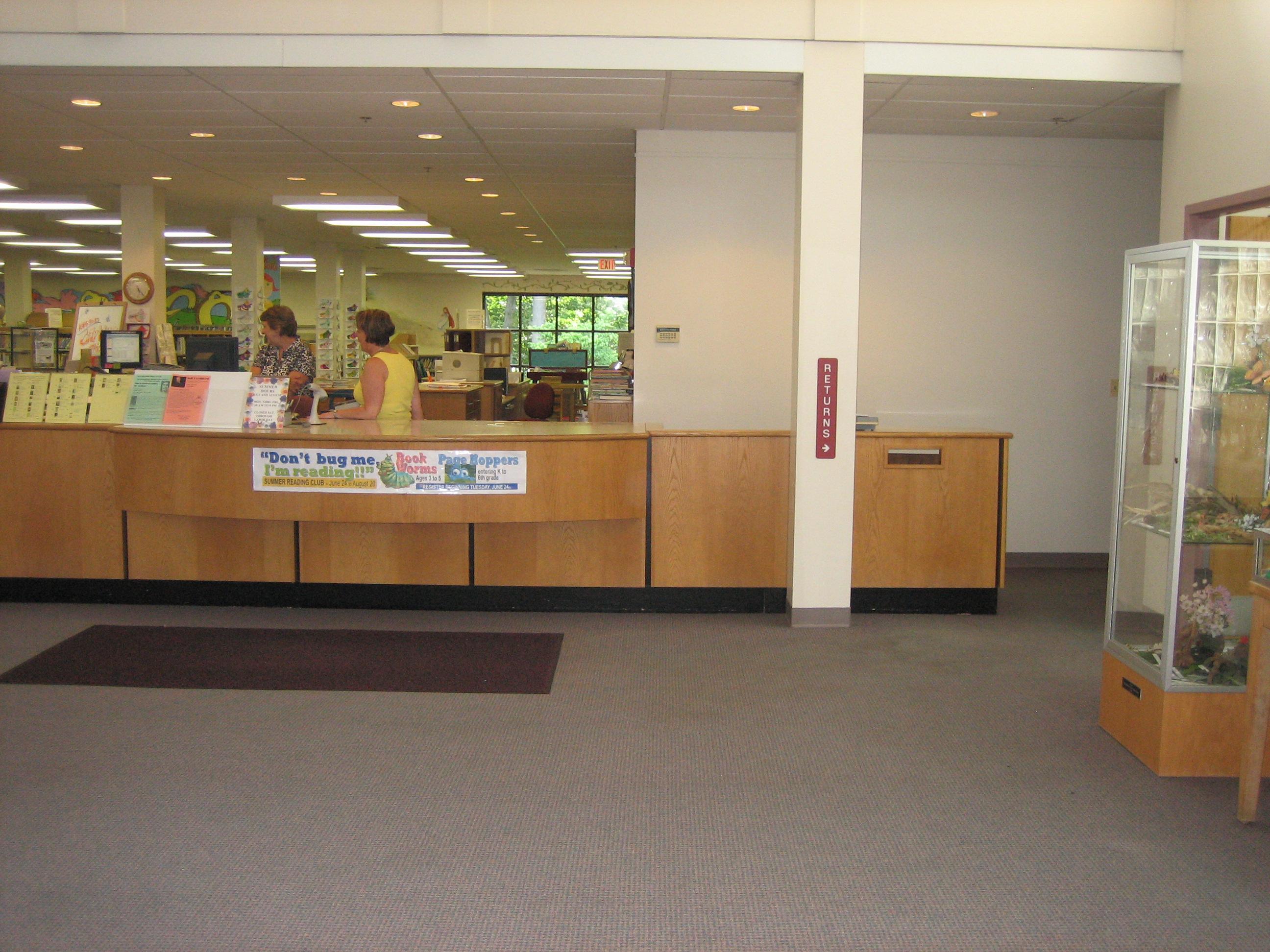 existing desk upon entering the library photo suzan globus - Library Circulation Desk Design